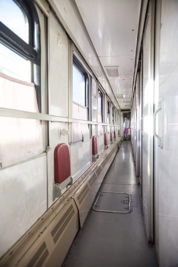 Binnenzicht van de russische corridor in het compartiment van de trein stock foto