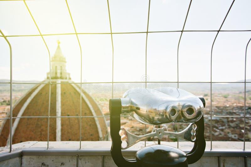 Binocolo che trascura paesaggio urbano fotografia stock