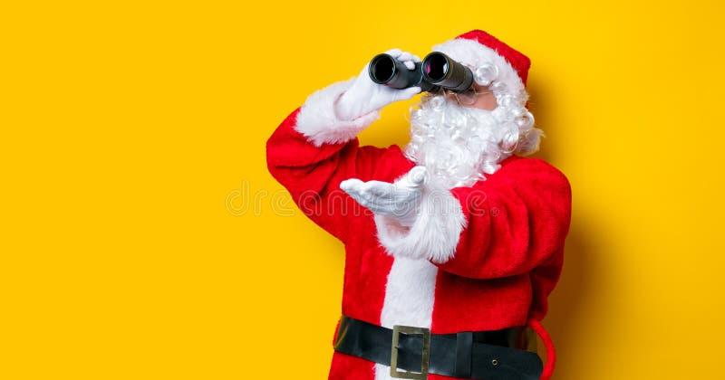 Binocolo divertente della tenuta di Santa Claus immagini stock libere da diritti