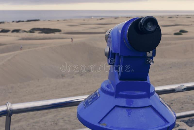 Binoculaire kijken het met munten uit dunas van de zandwoestijn royalty-vrije stock foto