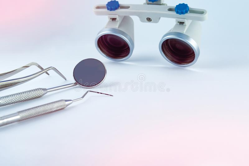 Binoculaire loupestandheelkunde Toepassing van optica in treatme stock foto