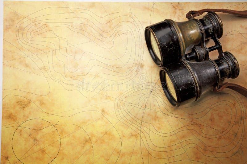 Binoculare op de oude kaart royalty-vrije stock afbeeldingen