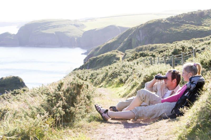 binoculars cliffside couple outdoors using στοκ φωτογραφίες με δικαίωμα ελεύθερης χρήσης