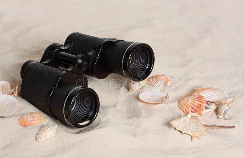 Binokel auf dem Strand lizenzfreie stockfotos
