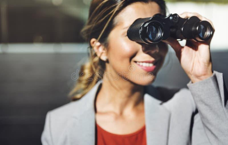 Binokulär vision observerar lösningen att finna begrepp arkivfoto