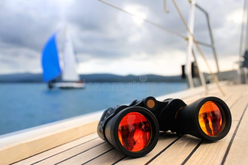 Binokular auf der Plattform der Yacht lizenzfreie stockbilder