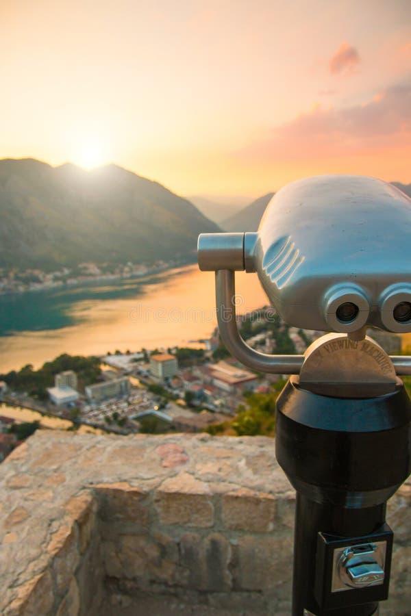 Binokularer münzenbetriebenzuschauer in Kotor, das heraus zur Bucht und zur Stadt Sonnenuntergangzeit in Montenegro betrachtet stockfoto