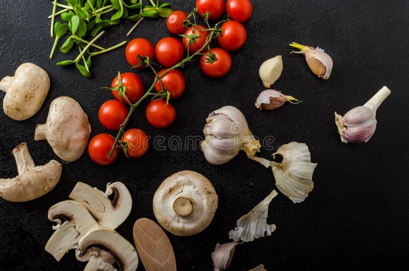 Bio ail, épices et champignons sauvages du jardin images libres de droits