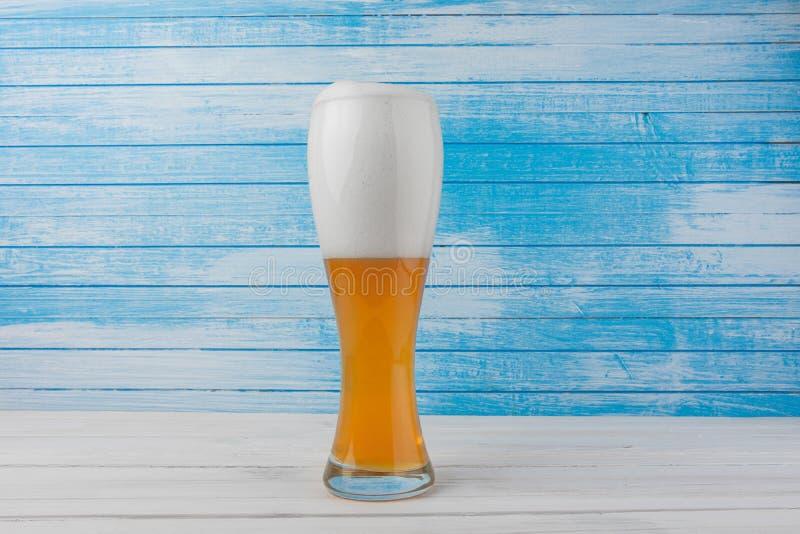 Bio bière non filtrée naturelle blanche glacée traditionnelle allemande organique fraîche d'or de Weiss avec la mousse blanche de photographie stock libre de droits