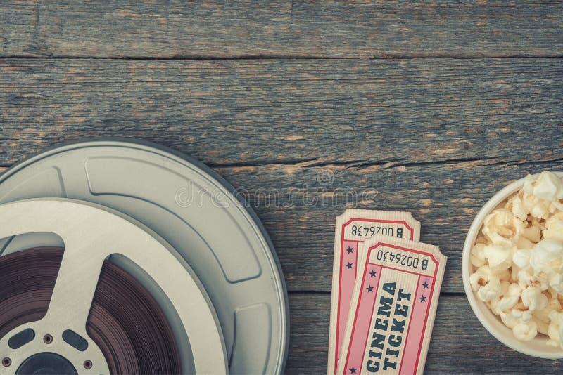 Bio, biljetter och popcorn fotografering för bildbyråer