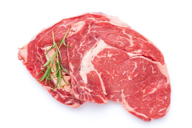 Bio- bistecca di manzo cruda fresca isolata su fondo bianco fotografie stock libere da diritti