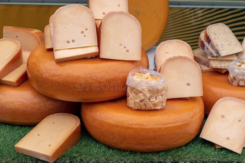Bio blocos holandeses frescos do queijo na venda em uma loja do mercado dos fazendeiros foto de stock royalty free