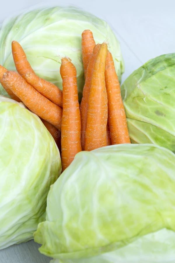 Bio- cavolo e carote freschi fotografia stock libera da diritti