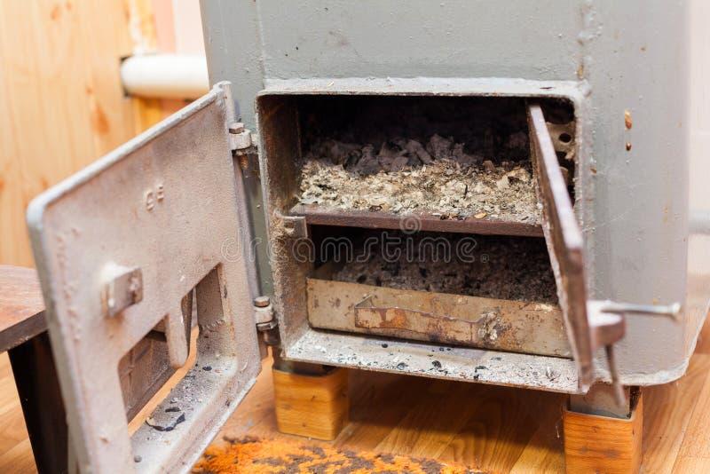 Bio chaudière solide de carburant dans la chaufferie avec des charbons en bois de brûlure du feu photographie stock