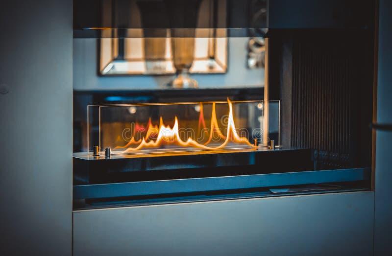 Bio chimenea moderna del fireplot en el gas del etanol foto de archivo libre de regalías