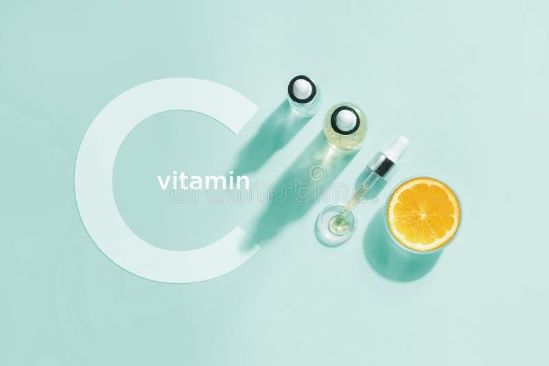 Bio cosm?tiques organiques avec la vitamine C Huiles hom?opathiques, suppl?ments Concept de configuration plate de minimalisme images stock
