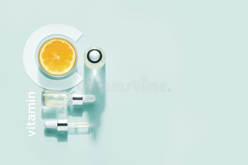 Bio cosm?tiques organiques avec la vitamine C Huiles hom?opathiques, suppl?ments minimalisme photo stock