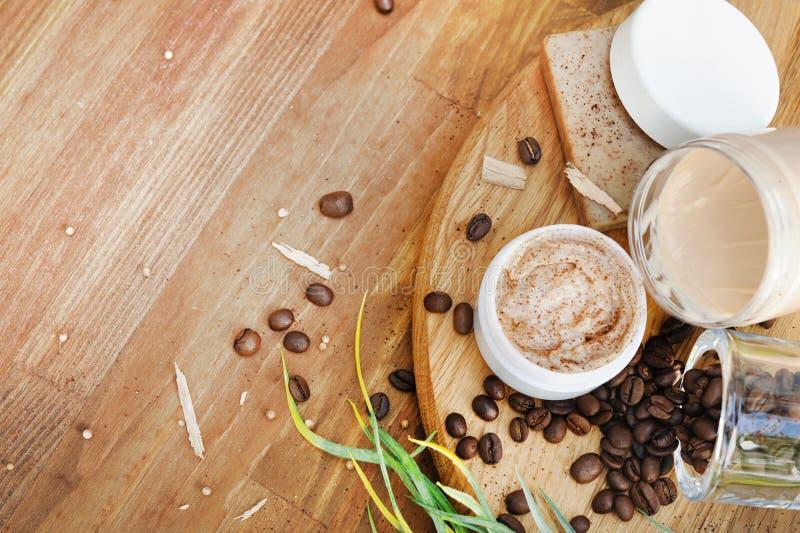Bio- cosmetici fatti a mano con i chicchi di caffè immagini stock