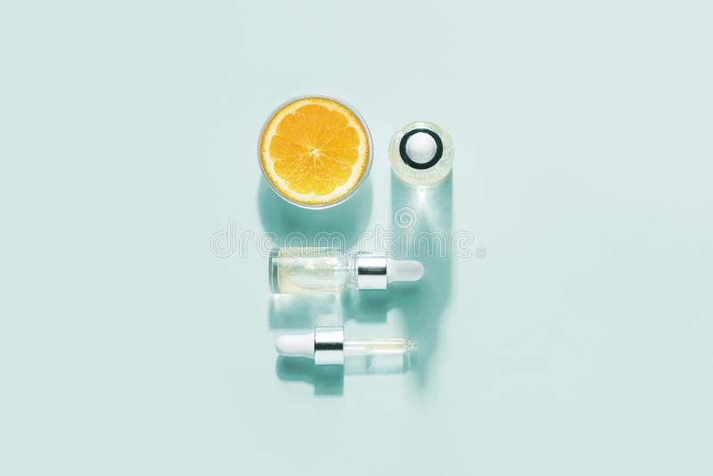 Bio- cosmetici organici con vitamina C Oli omeopatici, supplementi Concetto della disposizione piana di minimalismo immagini stock libere da diritti