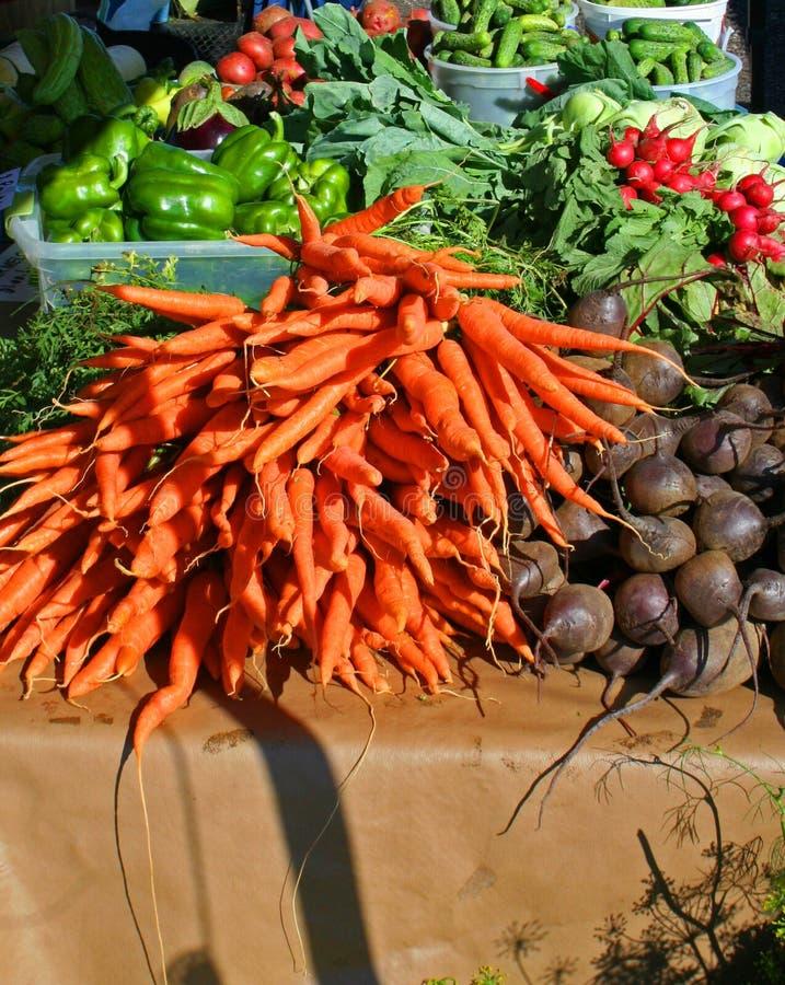 Bio-frisches Gemüse auf dem Bauernmarkt stockfotografie