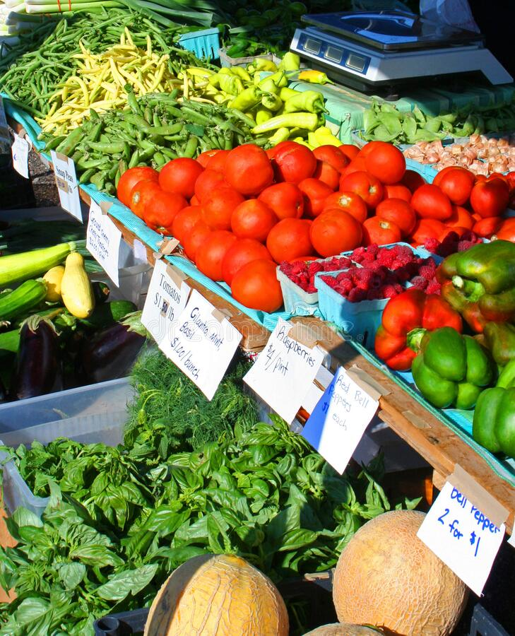 Bio-frisches Gemüse und Obst auf dem Bauernmarkt stockbild