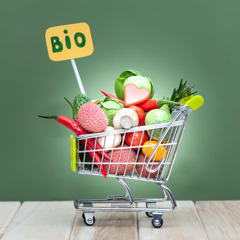 Bio- frutta fresca o verdura organica nel cartdi compera, cibo sano, immagini stock libere da diritti