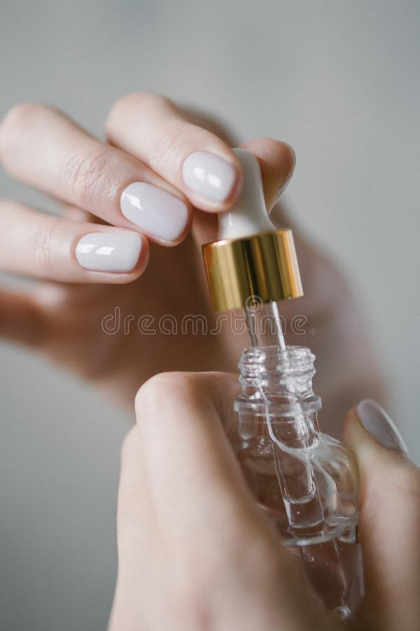 Bio-Kosmetika - Serum in Pipetten Organische Flüssigkeit in einer Flasche stockfotografie