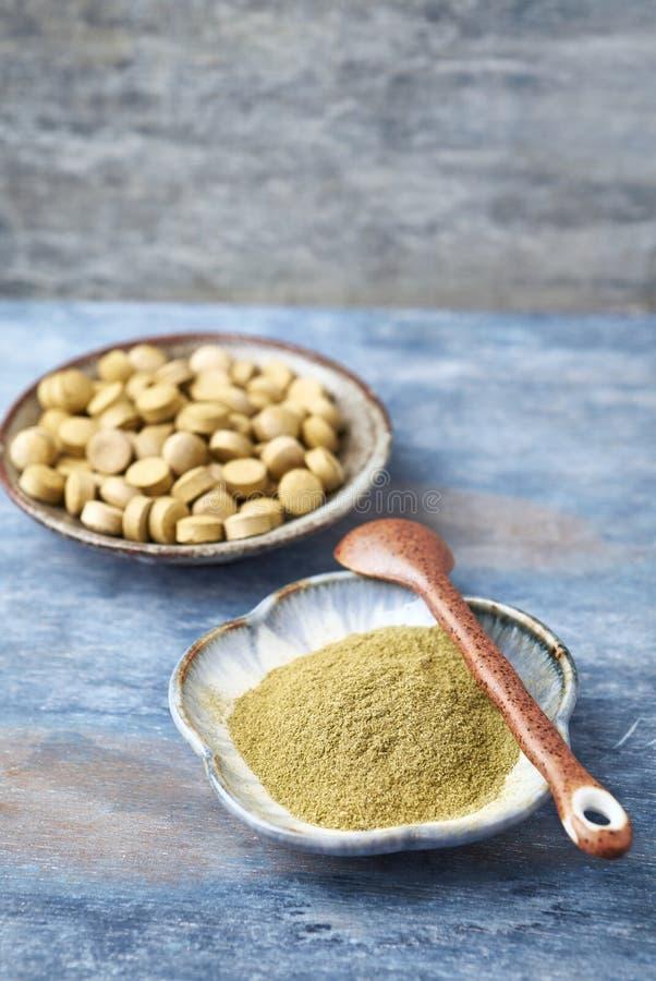 Bio p? e tabuletas verdes da GRAMA de CEVADA Conceito para um suplemento diet?tico saud?vel fotos de stock royalty free