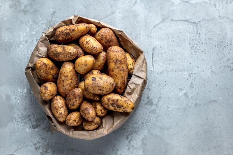 Bio- patate fresche sul primo piano grigio del fondo fotografie stock libere da diritti