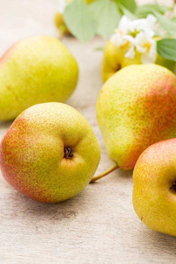 Bio- pere organiche mature fresche sulla tavola di legno rustica fotografie stock