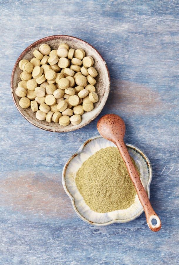 Bio polvo y tabletas verdes de la HIERBA de CEBADA Concepto para una suplementaci?n diet?tica sana fotos de archivo