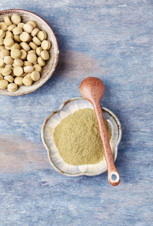 Bio polvo y tabletas verdes de la HIERBA de CEBADA Concepto para una suplementaci?n diet?tica sana foto de archivo libre de regalías
