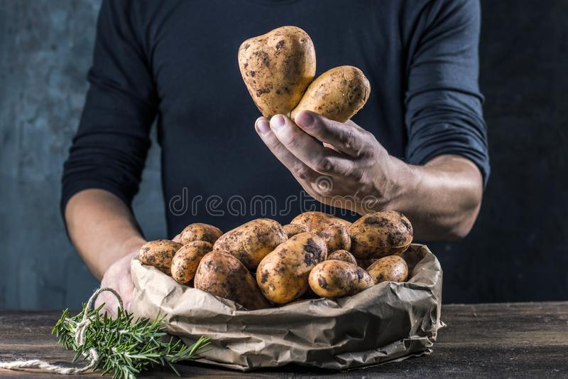 Bio pommes de terre fraîches sur le plan rapproché en bois de fond photographie stock