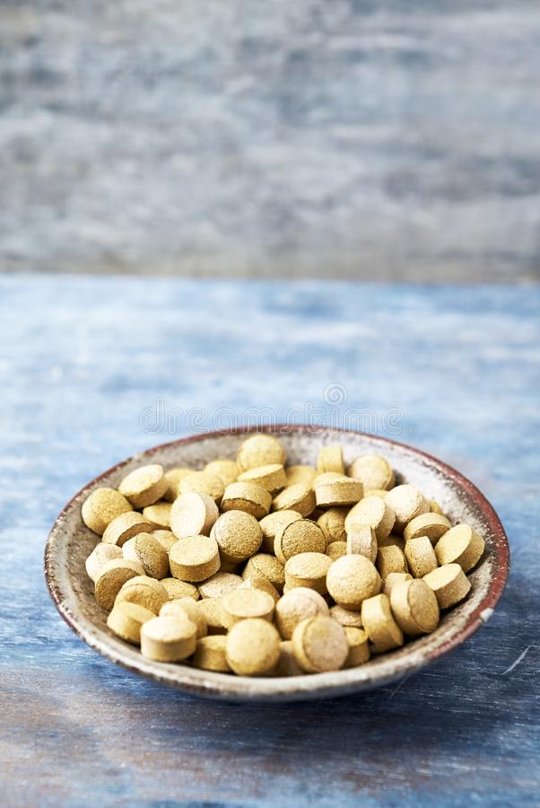 Bio tabuletas verdes da GRAMA de CEVADA Conceito para um suplemento diet?tico saud?vel fotos de stock royalty free
