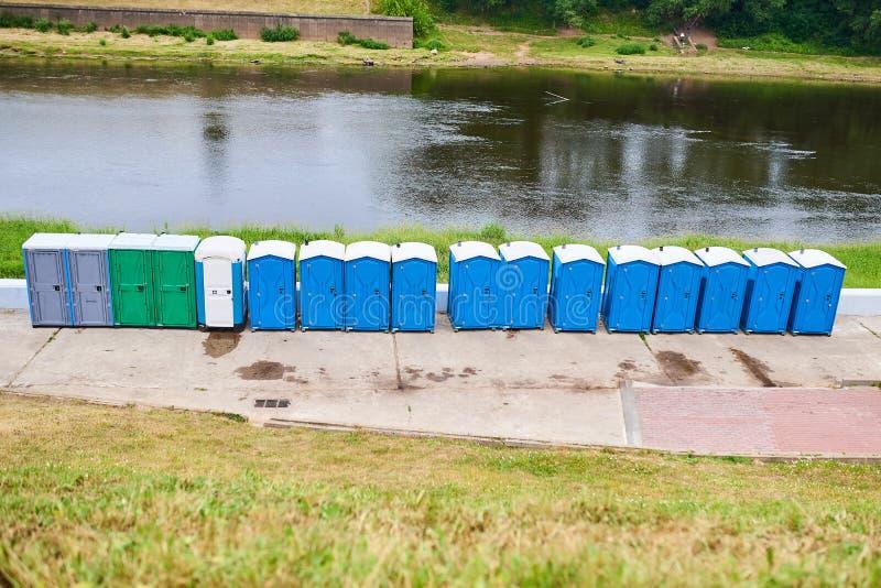 Bio- toilette sulla sponda del fiume per qualsiasi scopo fotografia stock