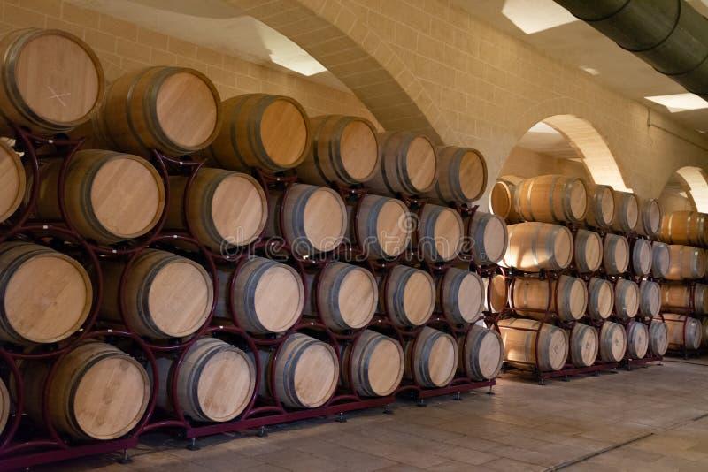 Bio usine moderne de production vinicole en Italie, cavernes avec de l'o français images stock