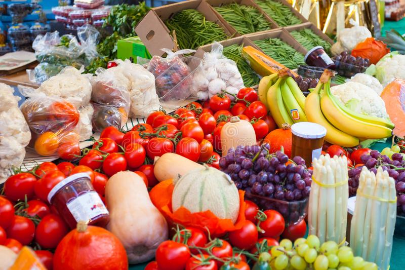 Bio vegetais frescos no mercado do fazendeiro em Paris, França r foto de stock