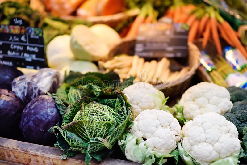 Bio vegetais frescos no mercado do fazendeiro em Strasbourg, França fotos de stock royalty free