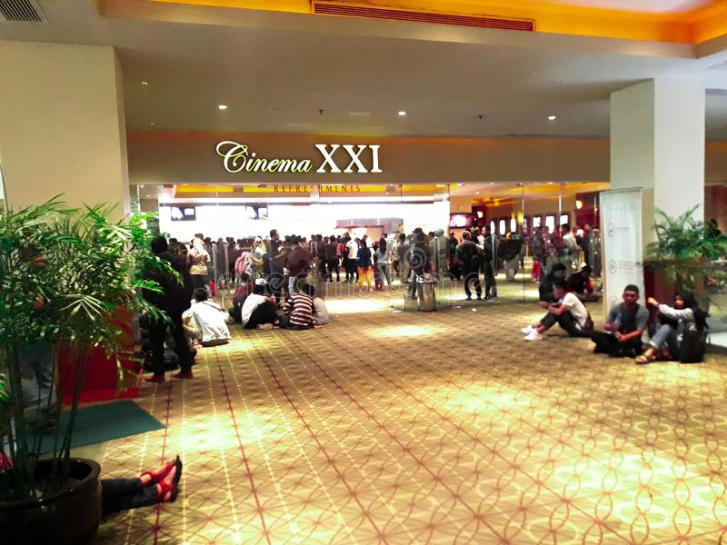 Bio XXI inom en shoppinggalleria XXI ?r bior den st?rsta biokedjan i Indonesien royaltyfria bilder