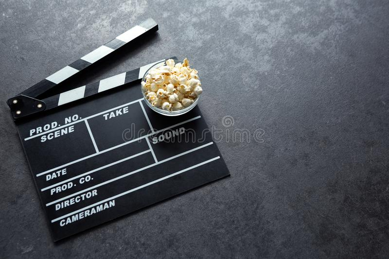 Biobegrepp med uppsättningen för beståndsdelar för filmteater av clapperbrädet royaltyfri foto