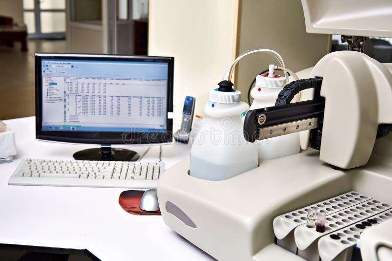 Biochemiczny analyzer i komputer w laboratorium zdjęcie royalty free