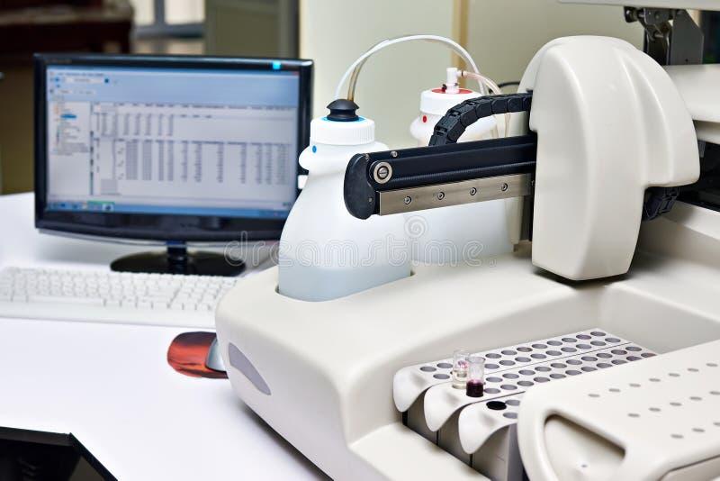 Biochemiczny analyzer w laboratorium fotografia stock