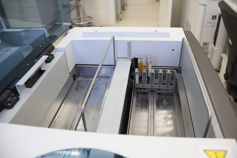 Biochemisch laboratoriummateriaal bloedonderzoekapparaten Bloed het testen materiaal De analysator van de laboratoriumbiochemie stock afbeeldingen