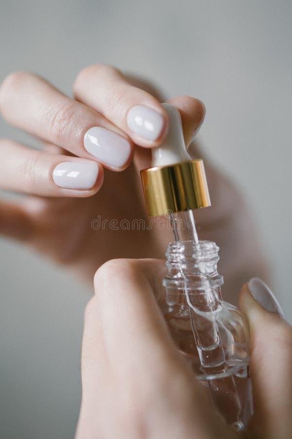 Biocosméticos - suero en pipeta Líquido orgánico en una botella fotografía de archivo