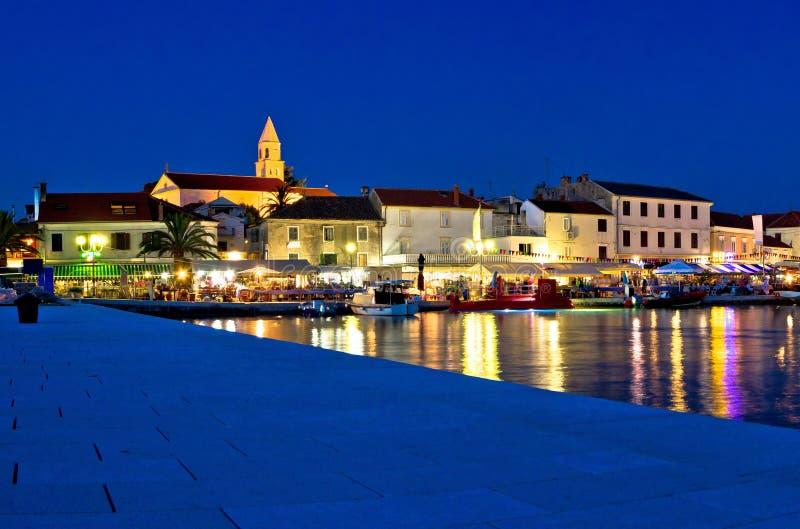 Biograd晚上视图镇在蓝色小时 免版税库存图片