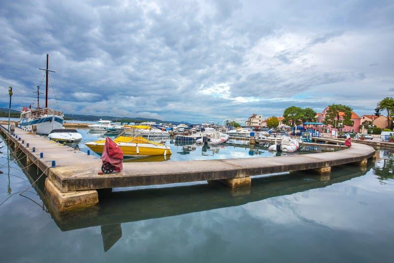 Biograd na moru港口在cludy天空下,达尔马提亚,克罗地亚,/港口小船小船绊倒 免版税库存照片