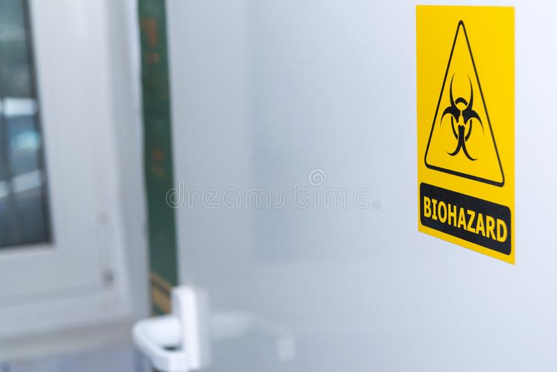 Biohazardtecken på den vita dörren royaltyfria foton