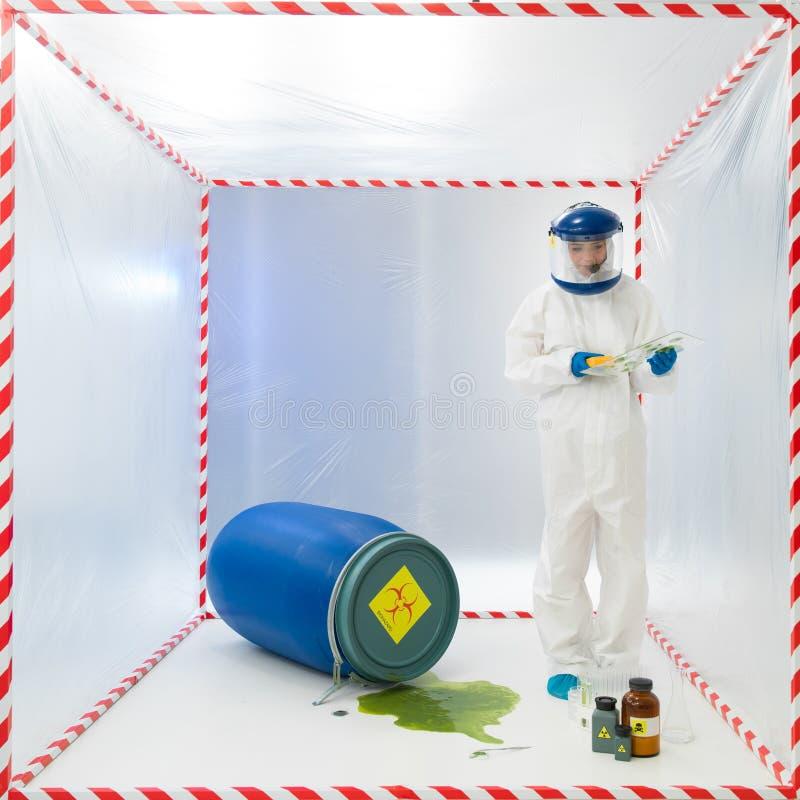 Biohazardwissenschaftler, der eine Spillage prüft stockbild