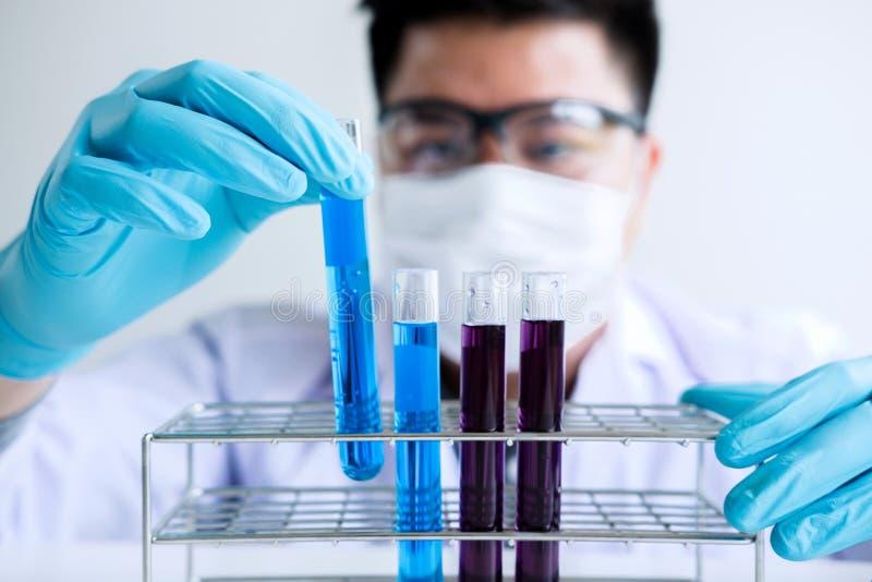 Biokemilaboratoriumforskning, kemist analyserar prövkopian i laboratorium med utrustning och vetenskapsexperimentglasföremål arkivfoto
