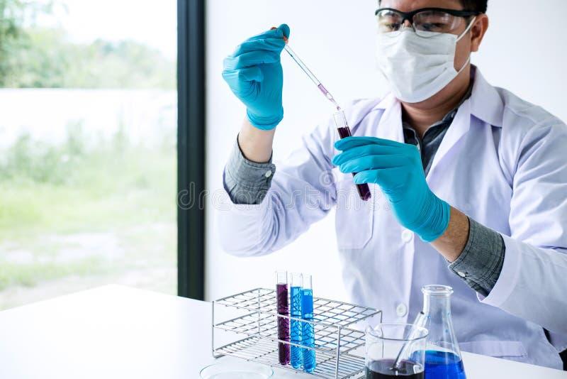 Biokemilaboratoriumforskning, kemist analyserar prövkopian i laboratorium med utrustning och vetenskapsexperimentglasföremål arkivbild